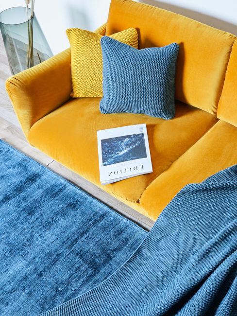 divano giallo con decorazioni blu