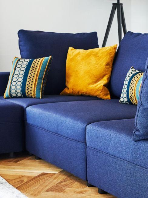 divano blu con cuscino decorativo color zafferano