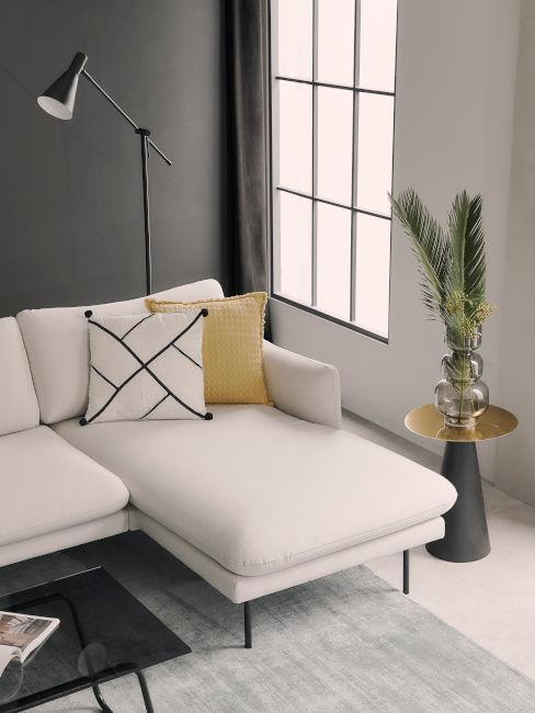 arredamento colori neutri e cuscino decorativo giallo