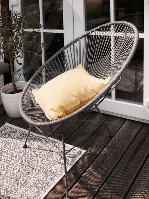cuscino color giallo pastello su sedia grigia