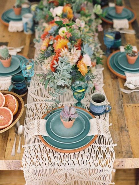 tavola apparecchiata con colore verde