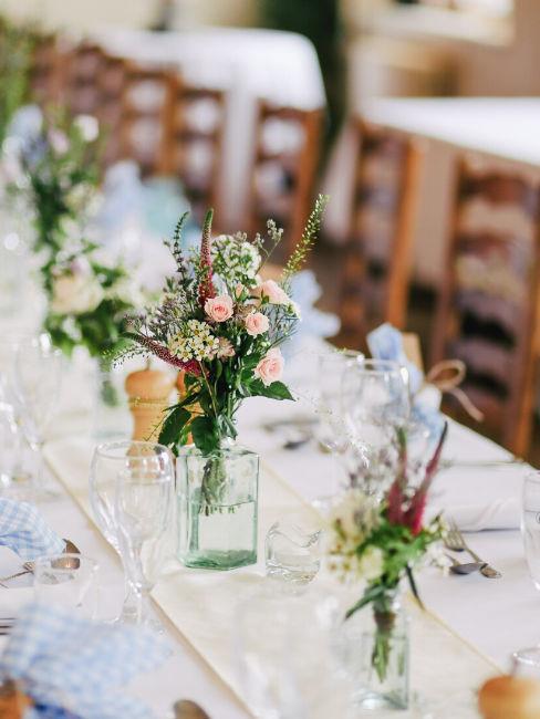 decorazione tavola matrimoniale con fiori