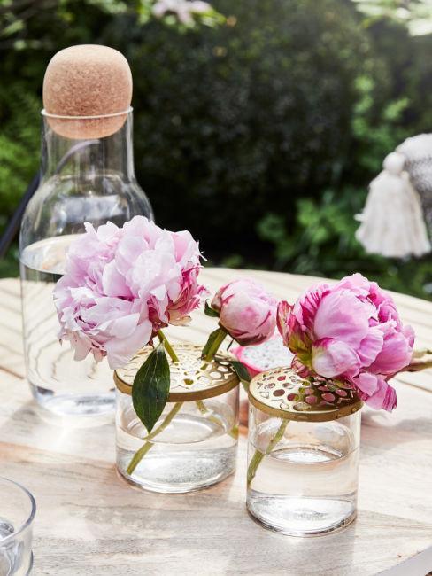 vasi decorativi con fiori rosa