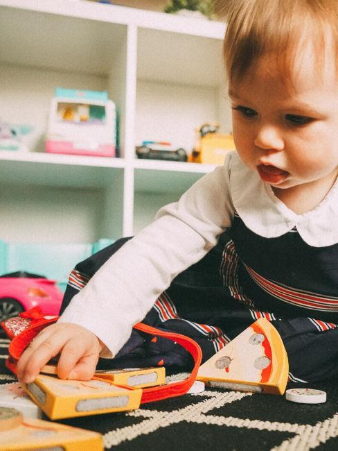 Bimba che gioca con giocattoli in legno