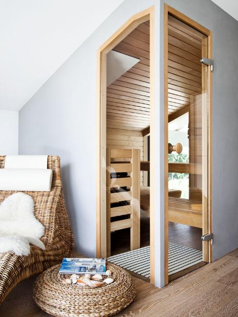 Bagno di lusso con sauna in legno chiaro
