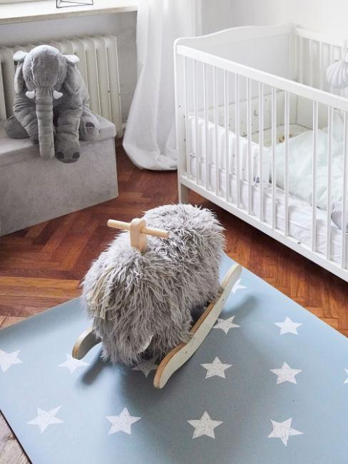 Dettaglio stanza con tappeto a stelle e peluche