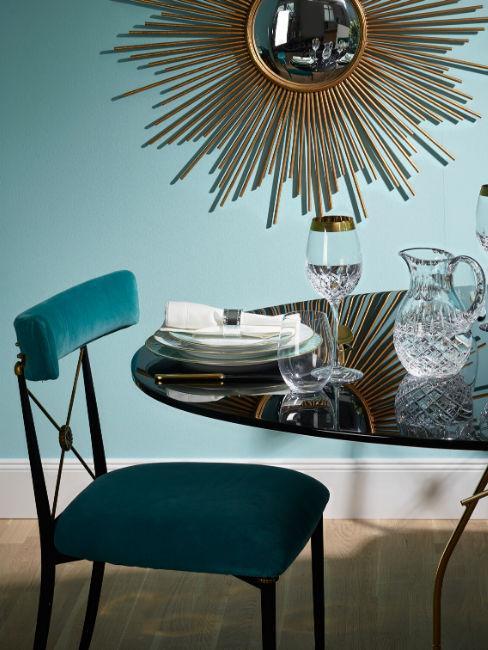 sedia turchese scuro con tavolo apparecchiato