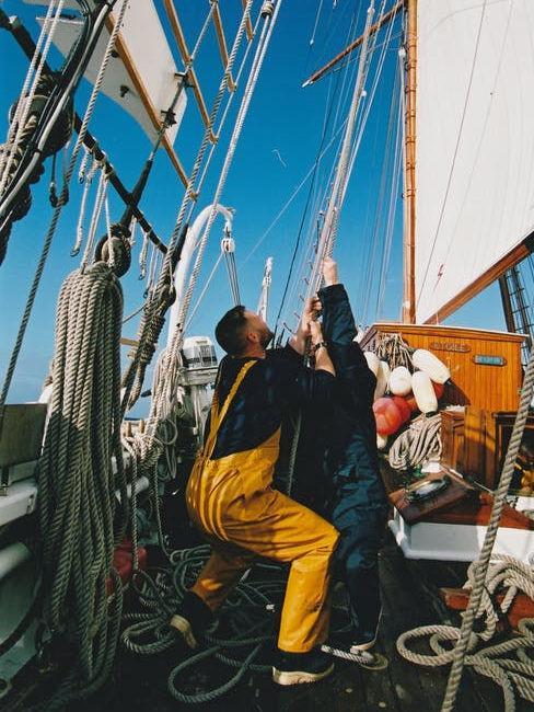 Ragazzo su barca a vela