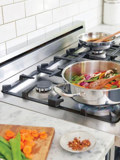 Cucina con piano cottura a gas tradizionale e pentola