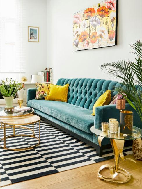 divano turchese e cuscini gialli in ambiente moderno