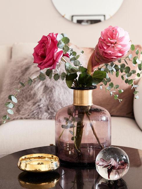 Vaso colorato in vetro con fiori rosa