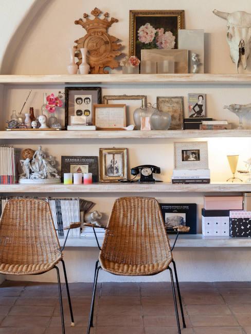 Libreria con mensole e sedie in rattan