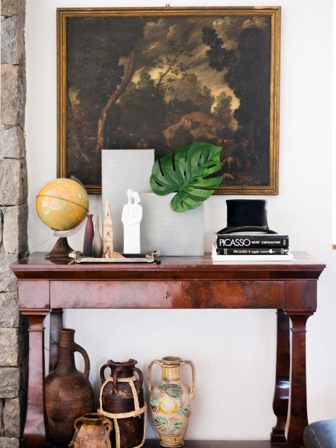 Consolle in legno con soprammobili vintage