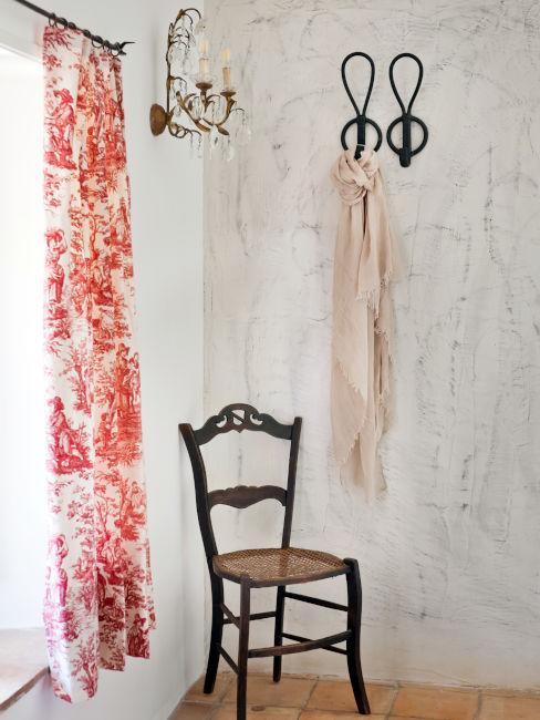 Sedia vintage con appendiabiti alle pareti
