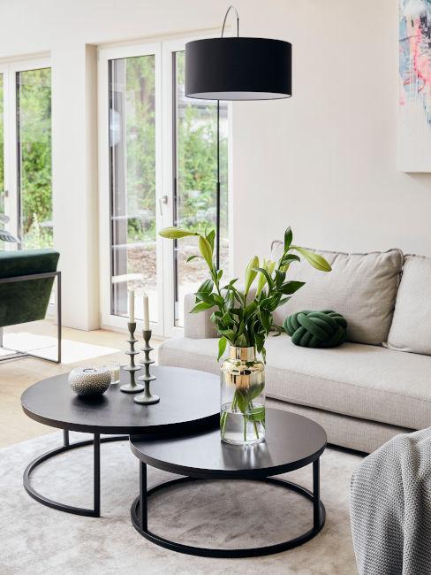 soggiorno toni neutri con decorazioni verdi