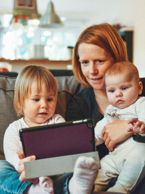 mamma che guarda ipad con le figlie