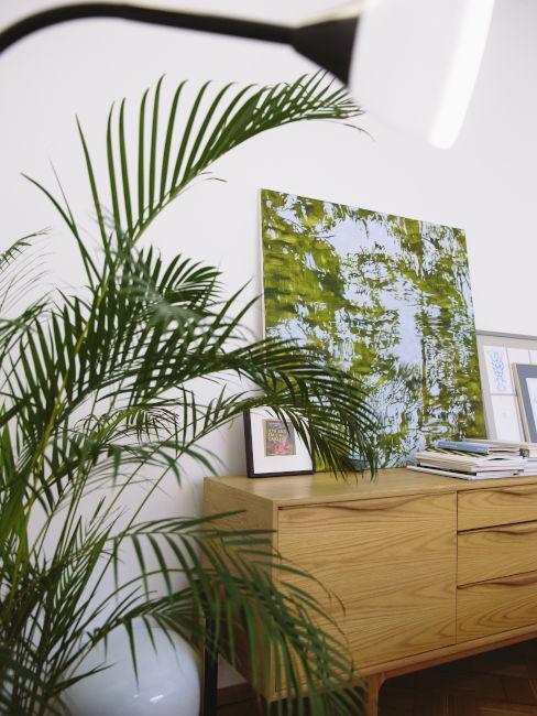 Credenza in legno chiaro con quadri