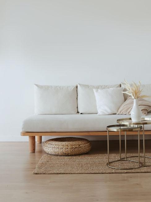 Divano minimal in legno chiaro