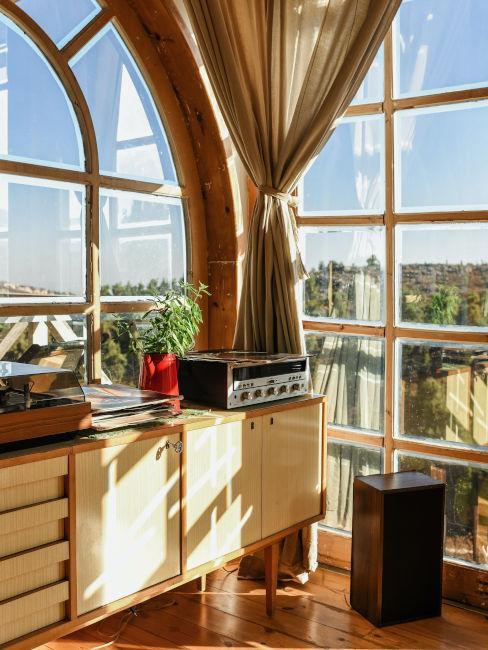 Veranda con mobili in legno