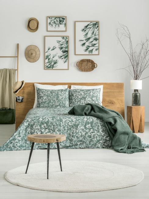 Camera da letto verde e legno chiaro