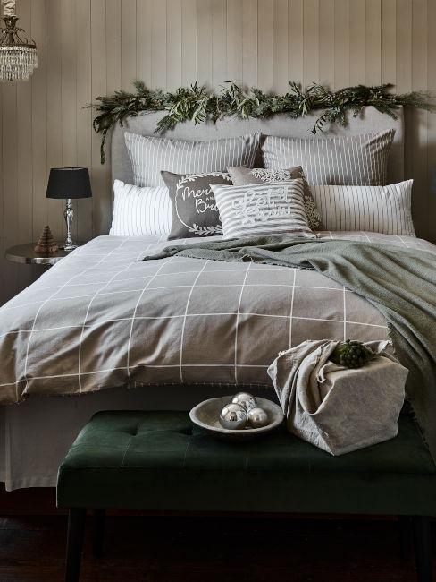 Camera da letto verde e bianca