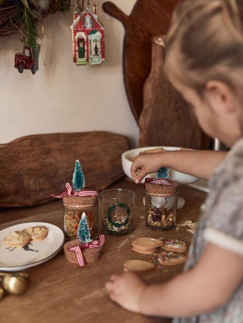 Bambina che prepara regali di Natale fai da te