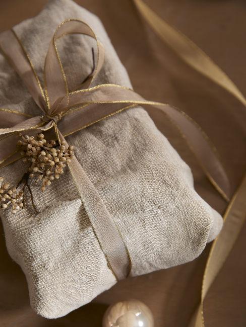 Regalo impacchettato con stoffa di riuso