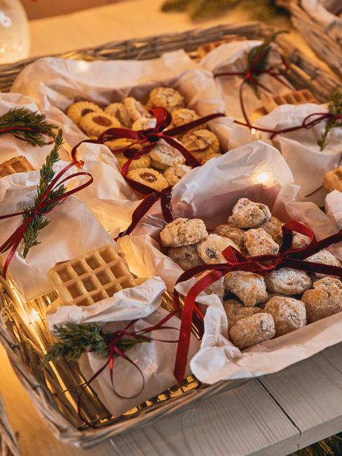 kerstballen en wafels in versierde manden voor oud en nieuw