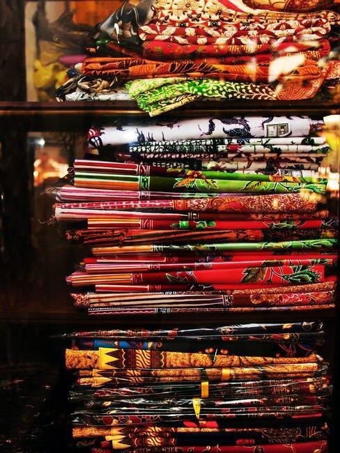 Batikken stoffen in verschillende kleuren opgestapeld