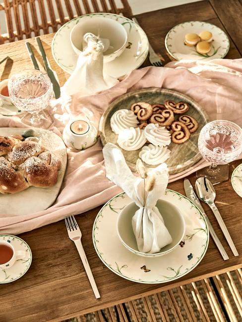 Paasontbijt op een houten tafel