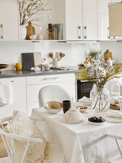 Keuken in wit met paastafel decoratie