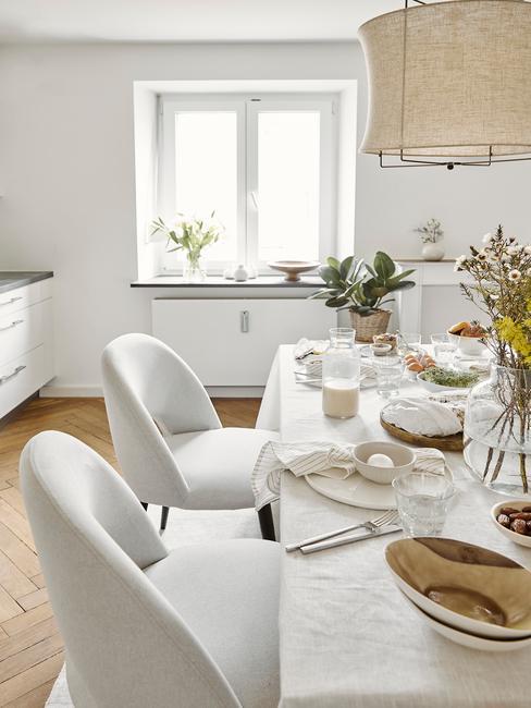 Wit eettafel met beklede stoelen in wit