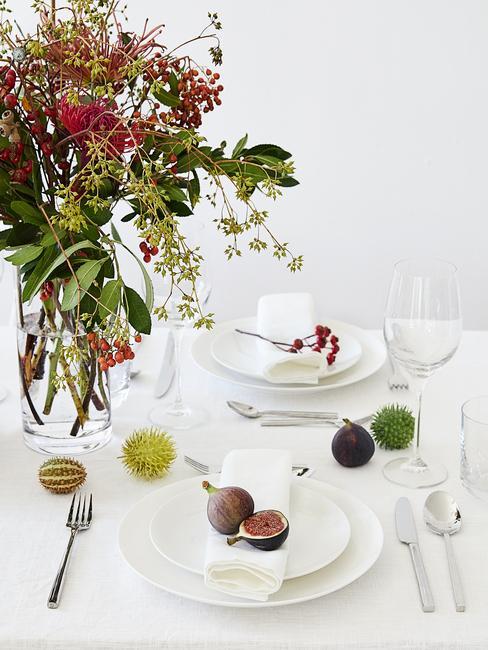 Paastafel decoratie met bloemen en paas eieren