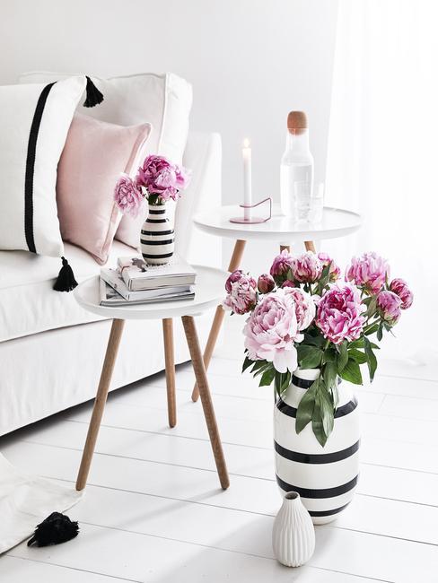 Vazen met bloemen op bijzettafels