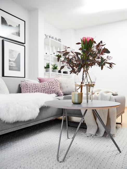 Salontafel in wit met dienblad en transparante vaas met bloemen