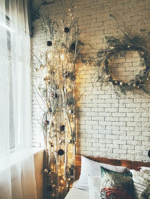 Winter decoratie van vers gesneden takken van sparren en gedroogde bloemen.