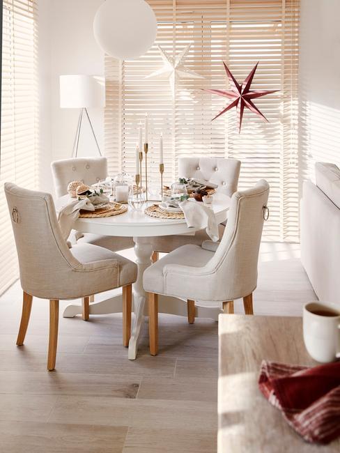 Eenvoudige tafeldecoratie met wit tafelkleed en witte fauteuils