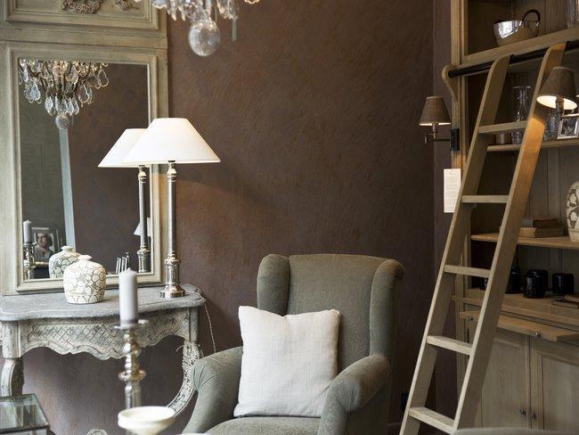 GKamer met fauetuil, kussen, lamp op wandtafel met wandspiegel, ladder en wandkast in grijs