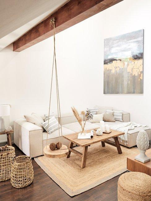 Bohemian style woonkamer vakantiehuisje met beige tinten en rotan asseccoires