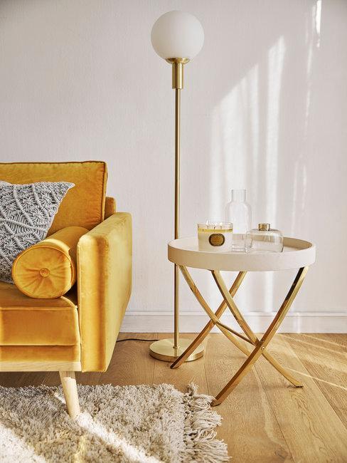 antieke meubels okergele bank met staande bol lamp