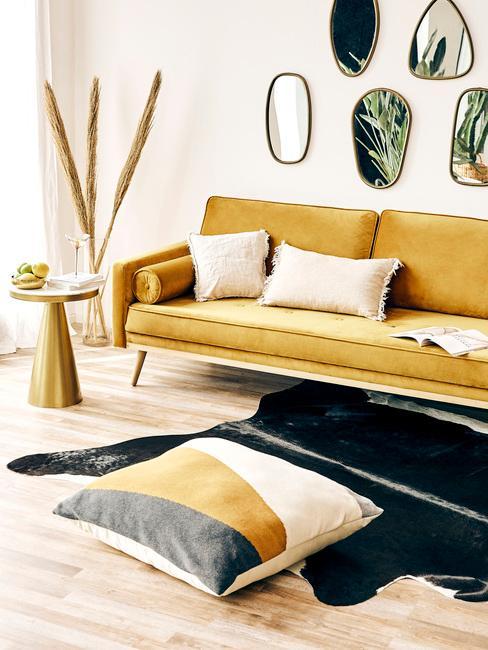 Gele zitbank met sierkussens in beige met vloerkleed in dierenprint