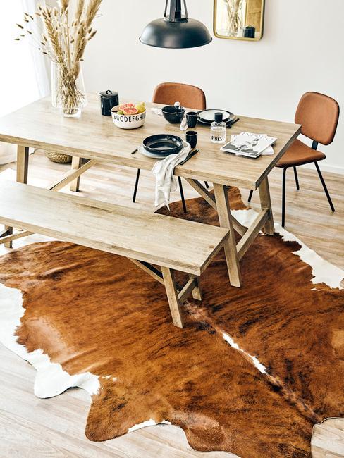 Eethoek met vloerkleed en grote houten eettafel