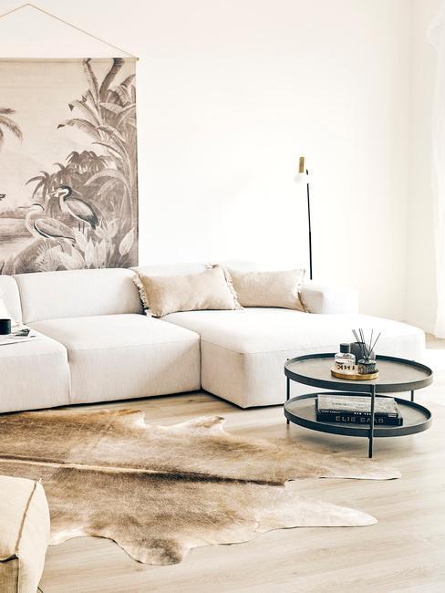 Woonkamer in beige met comfortabele zitbank in creme kleur en grote print