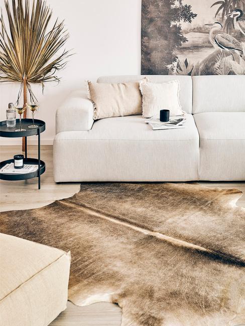 Woonkamer in beige met comfortabele zitbank in creme kleur