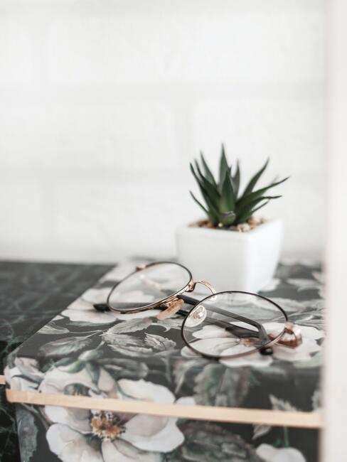 Brillen op marmeren dienblad