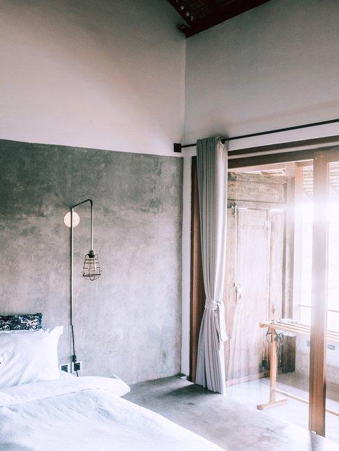 Grijze slaapkamer met bed en ramen