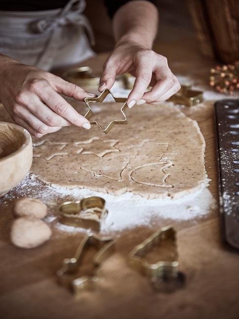 Kerstkoekjes zelf maken uit deeg