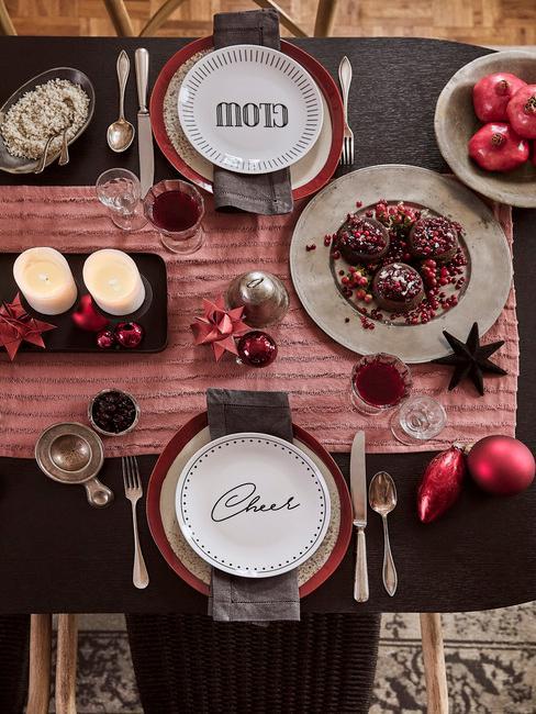 Kersttafel van boven met wijn en spijs