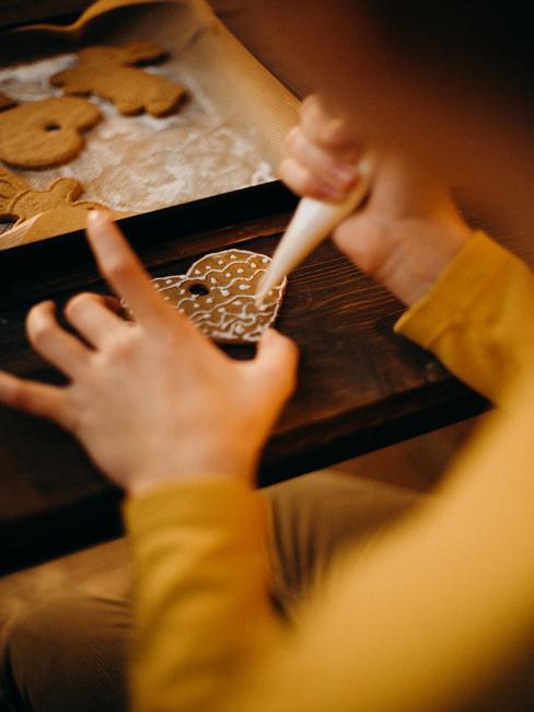 Kinderen maken kerstkoekjes in de keuken