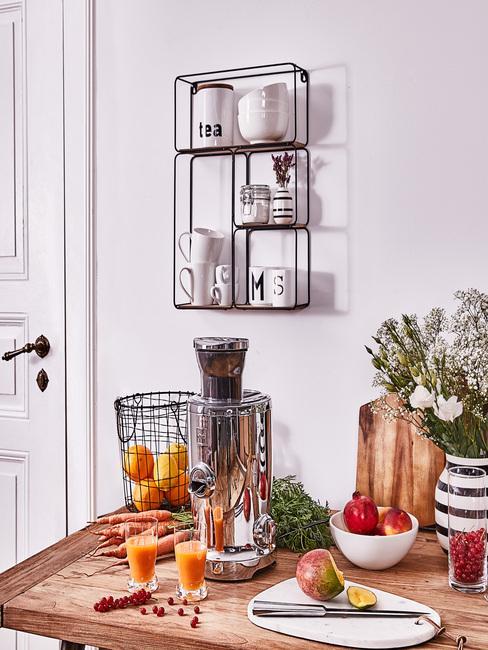 Kleine keuken met mat zwart ophangrek